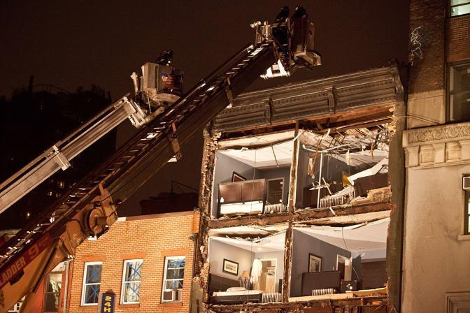 Manhattan crolla la facciata di una casa di quattro piani for Piani a quattro piani
