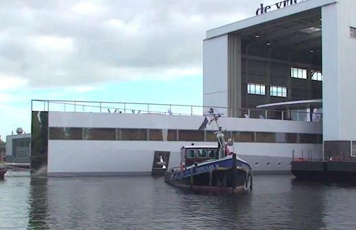 Il momento del varo in Olanda presso la società Custom Yacht Feadship (OneMoreThing)