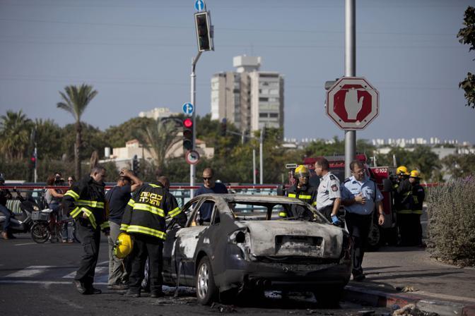 Un auto colpita da un razzo palestinese (LaPresse)