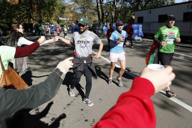 Corridori a Central Park con un posto di assistenza improvvisato (Reuters/East)
