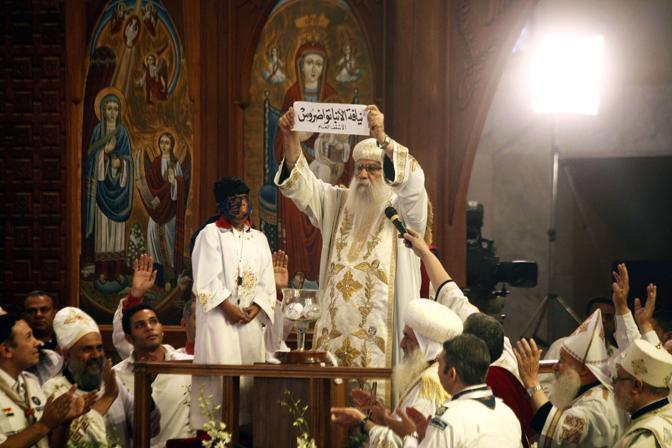 Il vescovo Pachomius mostra il nome del nuovo papa (Afp)