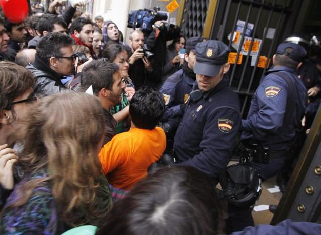 Un'immagine delle proteste a Valencia (Reuters/ Heino Kalis)