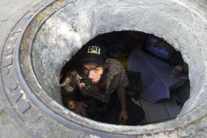 Miguel Restrepo, l'uomo che vive con la moglie nel tombino (Afp/Raul Arboleda)