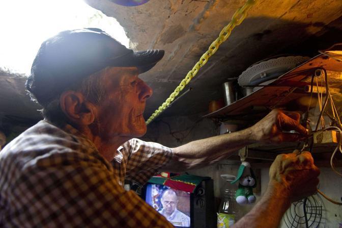 All'interno del tombino ci sono anche una tv e un letto. L'«alloggio» ha dimensioni di 3 per 2 per 14 metri (Afp/Raul Arboleda)