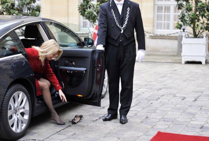 Al suo arrivo all'Eliseo per la visita di stato in Francia le è caduta la scarpa destra