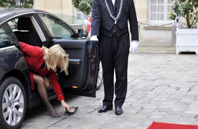 Scendendo dall'auto si è chinata per raccogliere la calzatura