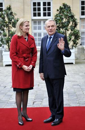 Calzata la scarpa, ha potuto dare il via alla visita. Qui è con il premier francese Jean-Marc Ayrault (Afp)