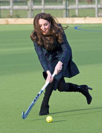 La duchessa di Cambridge non si � fatta intimorire dai tacchi alti: durante una visita a una scuola di St Andrews, Scozia, non ha avuto esitazioni e si  � messa a giocare a hockey su prato (Ap/Edwards)