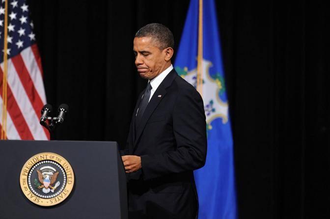 Barack Obama prende la parola alla veglia interreligiosa di Newtown in onore delle 27 vittime della strage alla Sandy Hook School (Epa/Olivier)