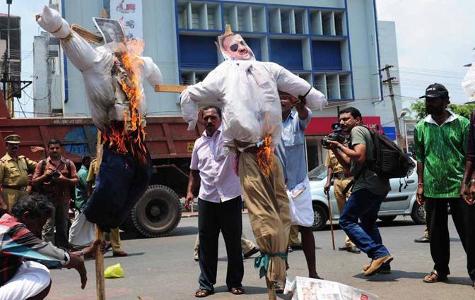 L'associazione dei pescatori del Kerala ha protestato ufficialmente con il governo di Nuova Delhi dopo decisione italiana di non fare tornare in India i  due marò Massimiliano Latorre e Salvatore Girone.  E alcune  centinaia di aderenti alla Società è scesa nelle strade della capitale Trivandrum  bruciando le foto del fuciliere Salvatore Girone e del premier indiano, Manmohan Singh (Ansa/Ajith K. Joseph)