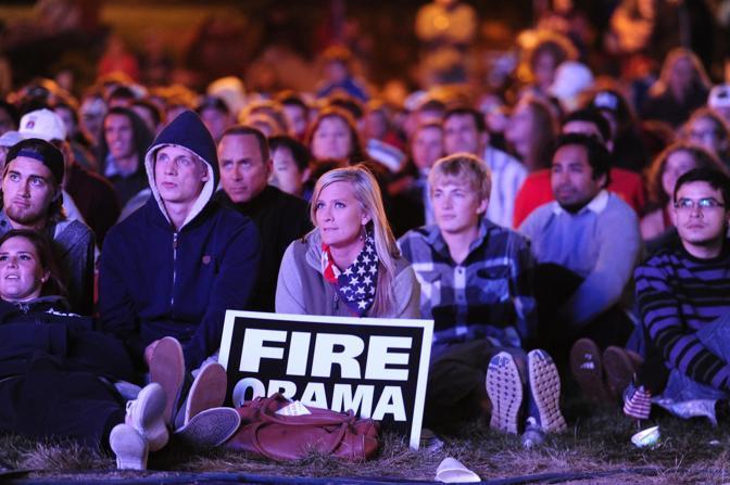 Sostenitori di Romney seguono il dibattito su un maxischermo, nel parco dell'università di Denver (Reuters)