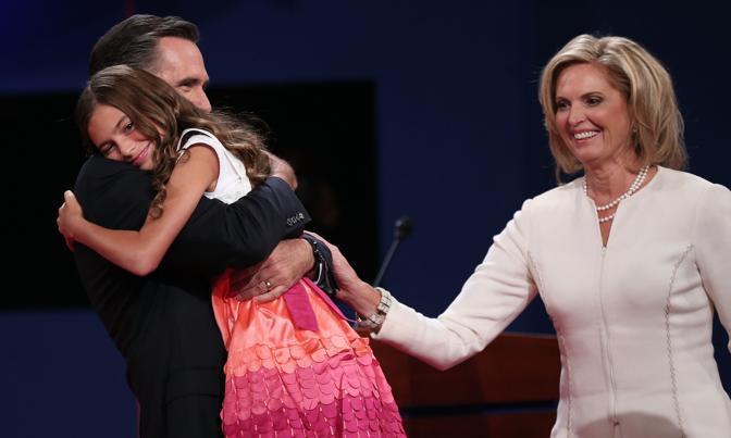 L'abbraccio di Mitt Romney alla nipotina Chloe. Alla convention erano resenti quattro dei cinque figli dei Romney, una cognata e due dei 18 nipoti (Afp)