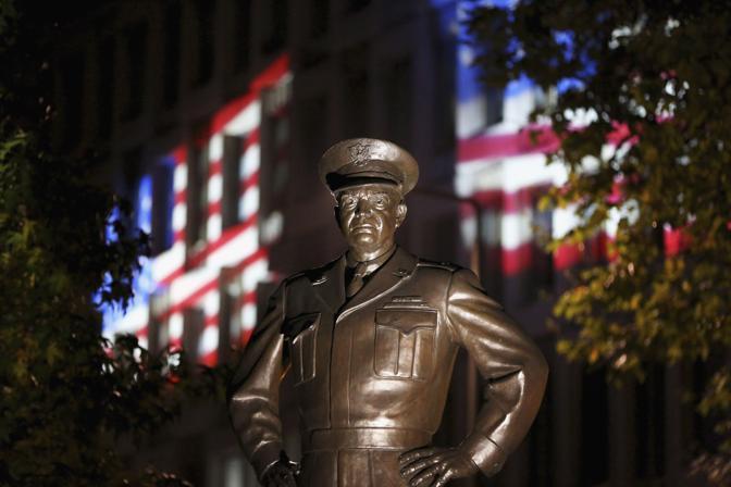 La statua del presidente Eisenhower di fronte all'ambasciata Usa a Londra (Reuters/Hall)