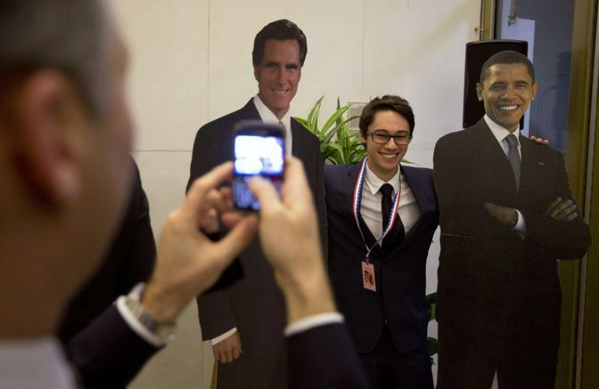 Scatti per ingannare l'attesa all'ambasciata americana a Londra (Reuters/Hall)