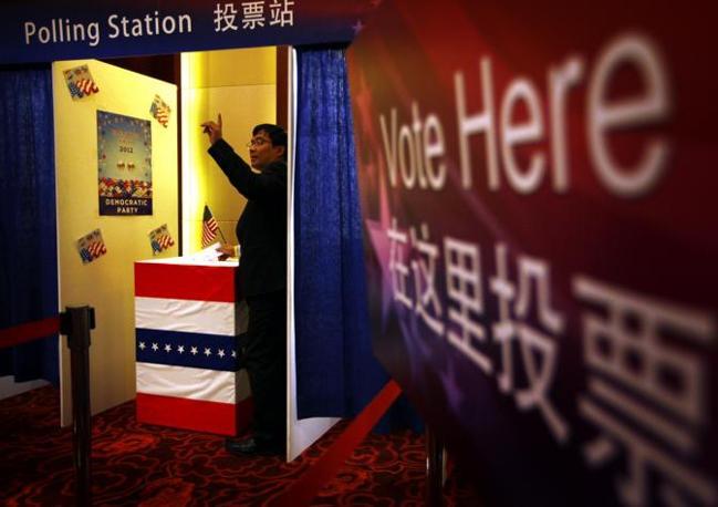 Un ospite dell'ambasciata Usa a Beijing, che ha realizzato delle vere e proprie imitazioni dei seggi americani (Reuters/Gray)