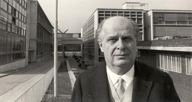 Adriano Olivetti (1901-1960) nella seconda parte degli anni '50 davanti agli stabilimenti Olivetti di Ivrea