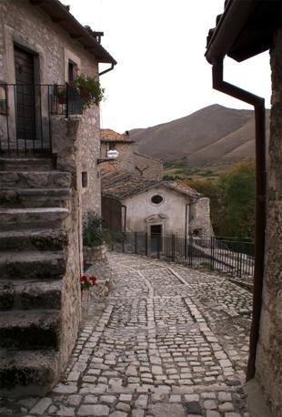 Il borgo di Santo Stefano di Sessanio in Abruzzo, trasformato in albergo diffuso