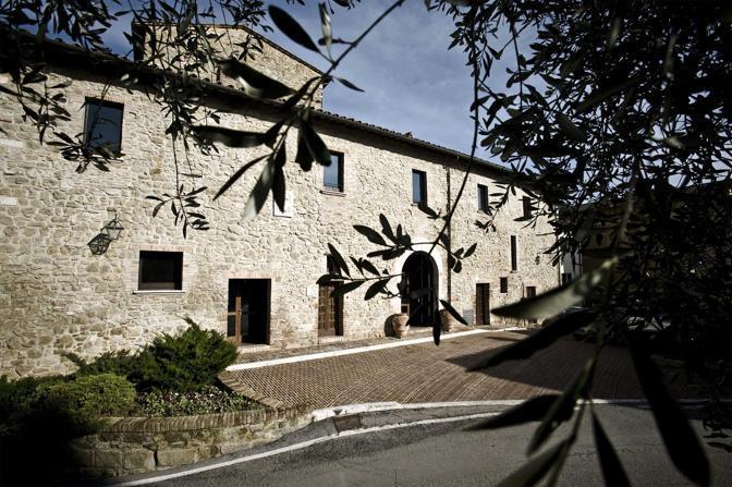 Lo storico Borgo Solomeo in Umbria, ristrutturato da Brunello Cucinelli, dove lavorano impiegati e tessitrici