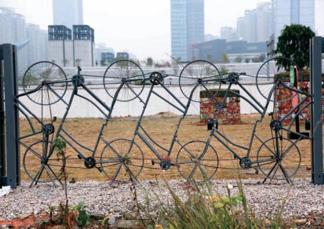 Il Red Line Project firmato da Hu Li e destinato a valorizzare gli spazi pubblici dell?immensa periferia di Pechino: un sistema di parchi di uso e di dimensioni variabili basato su un sistema di divisione fatto con materiale di riciclo, dalle biciclette ai copertoni abbandonati