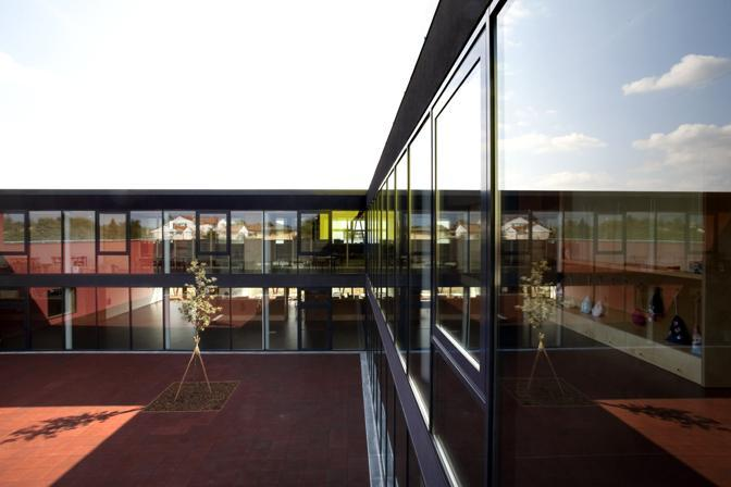 La scuola elementare progettata dallo studio C+S di Treviso, a Ponzano (Premio InOpera 2011-2012 per la miglior scuola costruita in Italia) è stata costruita con 960 euro al metro quadrato compresi gli arredi ed è in classe A+