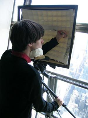 Trevor Oakes  in cima al Chrylser Building,  mentre disegna New York nella superficie interna di una sfera