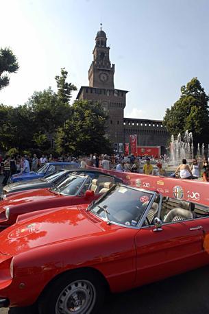 Il raduno degli appassionati dell'Alfa Romeo in piazza Castello a Milano per il centenario del Biscione (Newpress)