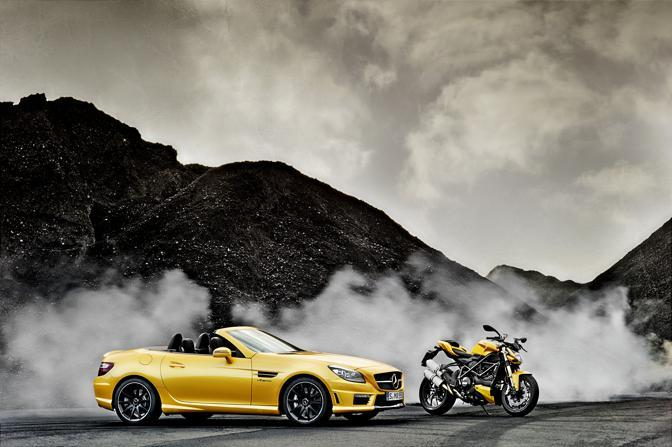 Al Motorshow di Bologna Mercedes e Ducati presentano la SLK55 AMG e la Streetfighter nel caratteristica tinta gialla «Streetfighter Yellow»