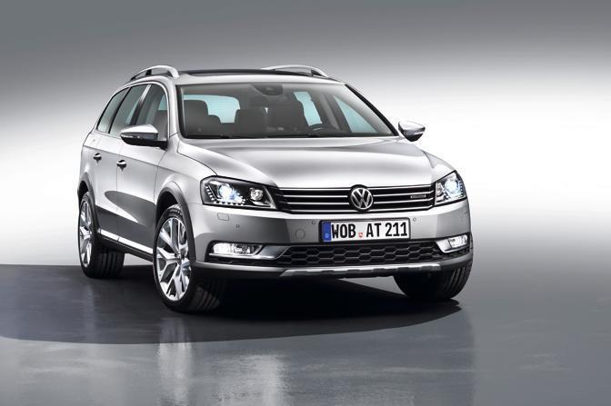 Nuova Volkswagen Passat Alltrack: arriva la versione «rinforzata» della familiare disponibile da marzo con trazione integrale o anteriore
