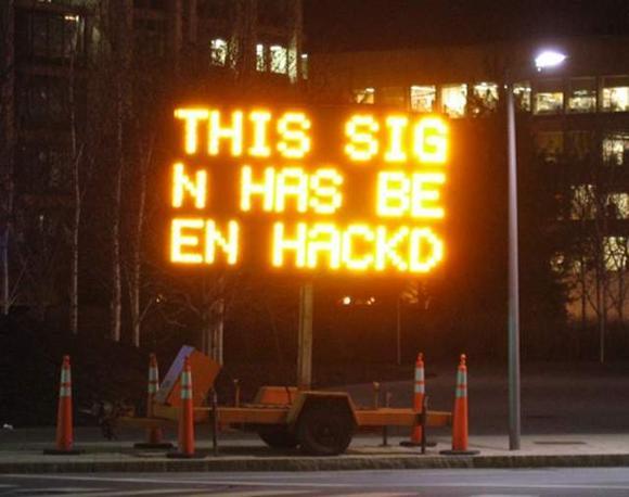 Hacker all'attacco dei segnali stradali: negli Usa si moltiplicano gli attacchi. Modificando gli avvisi originali li sostituiscono con frasi strampalate. «Questo cartello è stato hackerato» dice la scritta. Una bravata pericolosa per gli automobilisti che può costare cara a chi la commette: fino a 90 giorni di carcere nello stato del Michigan, dove si è verificata l'ultima violazione (Interne)