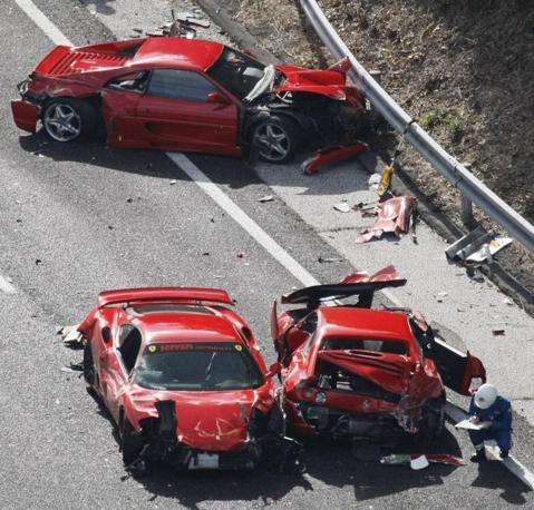 Alcune delle otto Ferrari distrutte nel maxi scontro avvenuto sull'autostrada Chugoku,nella parte sud-ovest del Giappone. Il convoglio di 14 supercar era diretto a un raduno automobilistico: complice l'asfalto viscido sono entrate in contatto provocando una mega carambola. I danni ammontano a oltre 3 milioni di euro.  (Reuters/Kyodo)