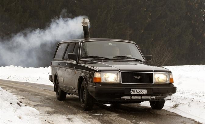 Pascal Prokop, cittadino svizzero, ha installato una stufa a legna all'interno della sua Volvo familiare, ottenendo incredibilmente il permesso di circolazione dalle autorità elvetiche. Ma soltanto quando il camino è spento. (Reuters)