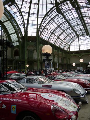 l Tour Auto da sempre raduna a Parigi per questa faticosissima 5 giorni di gara (si arriva a Nizza) le più belle vetture e i più importanti collezionisti del mondo, con un elenco iscritti pari solamente alla Mille Miglia.Quest'anno vi hanno prese parte anche tre rare Ferrari 250 Gto.La partenza è dall'interno del Gran Palais. (Confaloni)