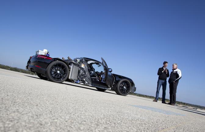 Un muletto della futura Porsche 918 Spyder: i tedeschi stanno effettuando i test a Nardò in vista del debutto previsto per il 2014. (Porsche)