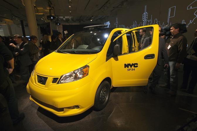 La presentazione del nuovo Taxi a New York: entro il 2018 il Nissan Nv200 sostituirà tutte le vetture circolanti. Dotato di schermi lcd, wi-fi, pedana per aiutare a salire i diversamente abili, ha vinto una gara durata ben due anni. (Reuters)