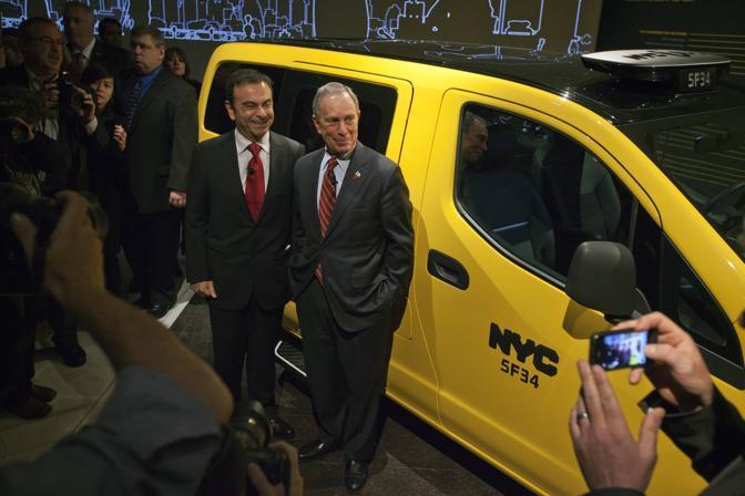 Il sindaco di New York Micheal Bloomberg e l'amminstratore delegato Renault-Nissan Carlos Ghosn. (Reuters)