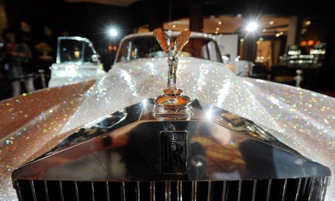 "Una magnifica Rolls Royce ""Silver Cloud"" del 1962, ""tempestata"" di circa un milione di cristalli Swarovski, esposta al Four Seasons Hotel di Monaco di Baviera (Afp)"