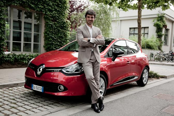 Luca Argentero posa davanti alla nuova Renault Clio.