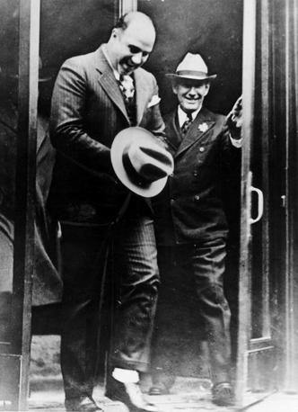 Al Capone all'uscita del carcere, nasconde le manette sotto il cappello (Reuters)