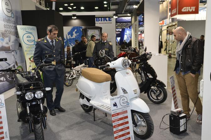 Blitz della Guardia di Finanza all'Eicma di Milano: i militari hanno sequestrato sei scooter di fabbricazione cinesi troppo simili alla Vespa. Cinque le  persone denunciate. (Gdf)