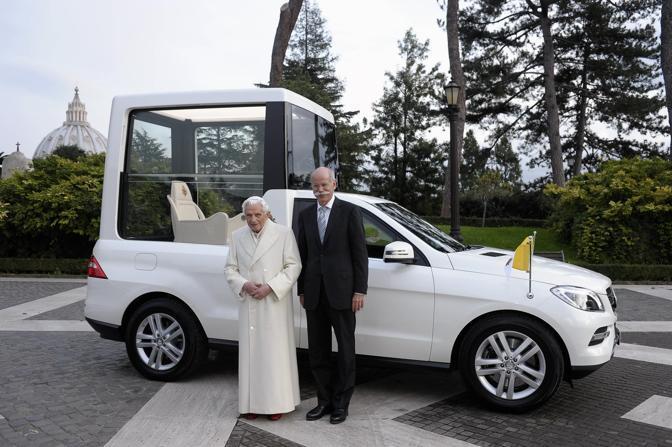 La carrozzeria � bianca madreperla, come da tradizione. Ma la nuova papamobile � complessivamente pi� bassa di alcuni centimetri rispetto alla precedente.