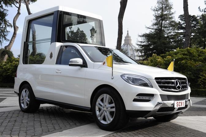 � una Mercedes-Benz Classe M dotata di un allestimento speciale e � stata consegnata il giorno di Sant'Ambrogio a Benedetto XVI  nel Giardini vaticani in due esemplari. Il progetto della nuova papamobile � stato avviato un anno fa.