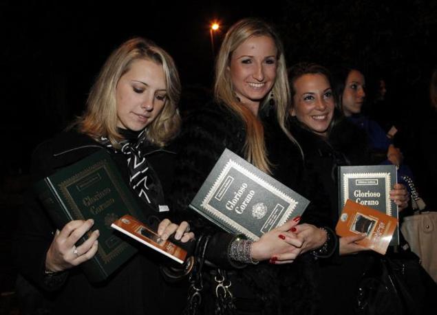 L'uscita delle 250 ragazze, reclutate da un agenzia di hostess,   lunedì sera dopo la seconda serata organizzata da Gheddafi nella villa in via Caldonazzo e portate in una villa della capitale dove il colonnello ha fatto anche montare la sua tenda beduina (Ansa)