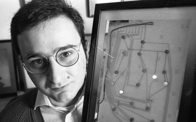 Massimo Tartaglia fotografato con le sue opere durante una presentazione di inventori, il 19 marzo 1995 (Archivio storico De Bellis, Fotogramma)