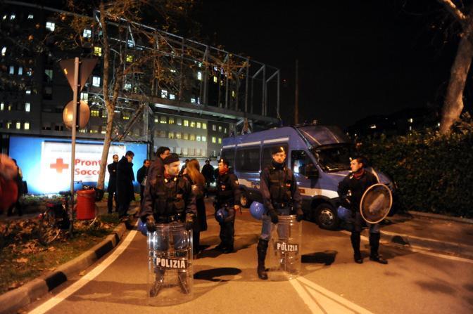 La polizia presidia l'ingresso del San Raffaele (Infophoto)