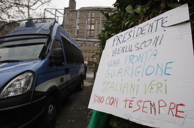 Un cartello lasciato all'ingresso dell'ospedale dai simpatizzanti di Berlusconi (Ap)
