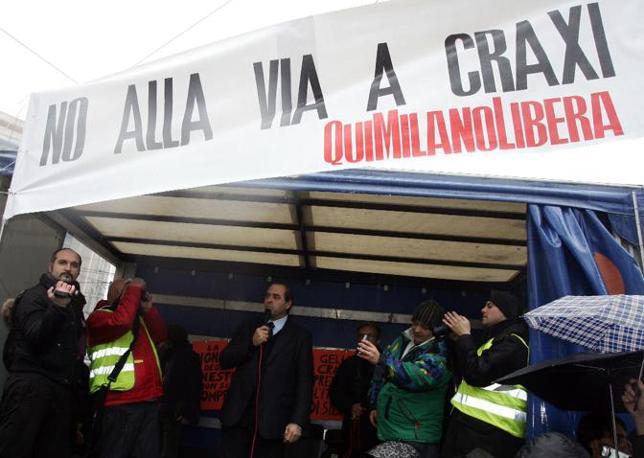 Manifestazione a Milano contro la decisione della giunta comunale di intestare una via all'ex premier Bettino Craxi. Sia il leader dell'Idv Antonio Di Pietro (nella foto al centro) che Beppe Grillo hanno tenuto dei discorsi (Ansa)