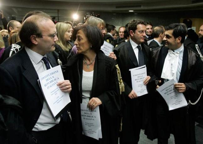 I magistrati con la Costituzione tra le mani (De Luca)