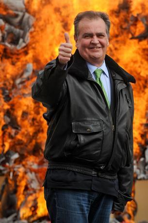 Il ministro della Semplificazione Roberto Calderoli ha simbolicamente bruciato gli scatoloni contenenti le 375.000 tra leggi e provvedimenti inutili abrogati dal governo (Imagoeconomica)