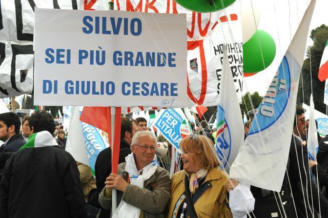 In corteo con scritte inneggianti al premier Silvio Berlusconi (Ansa)