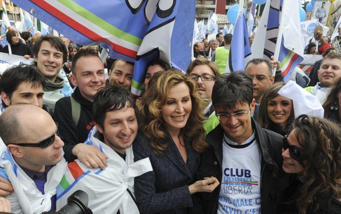 Il sottosegretario Santanché tra i manifestanti (Ansa)